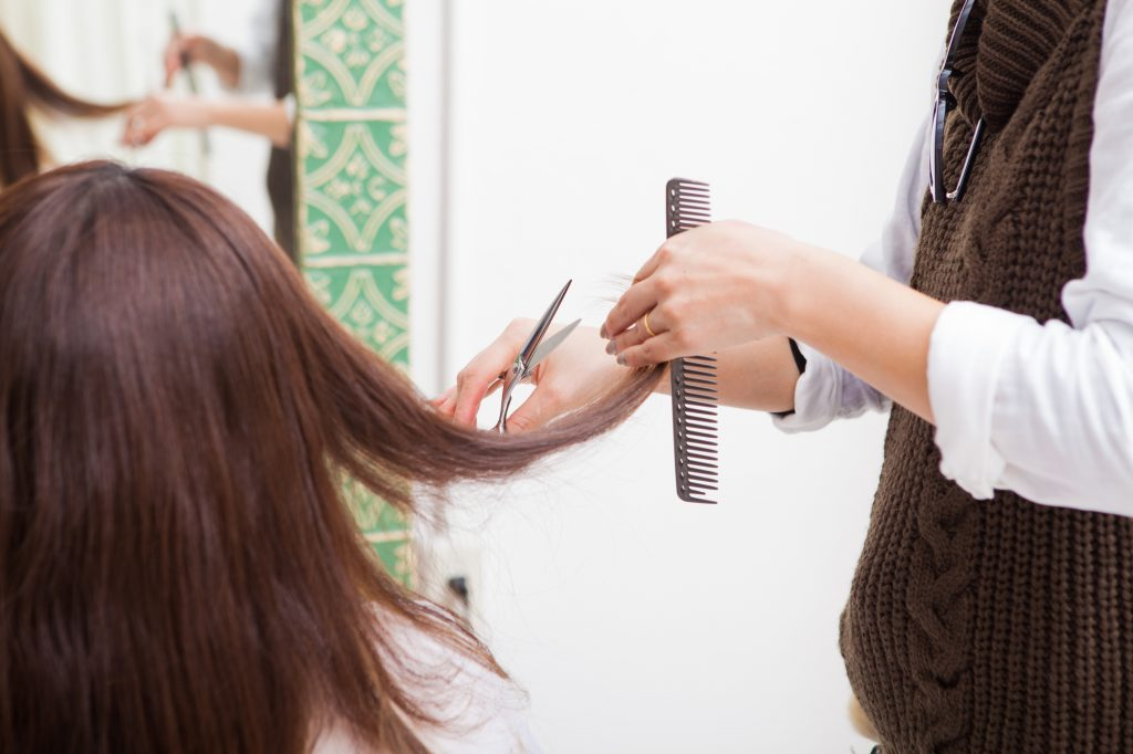 髪を短く切る女性