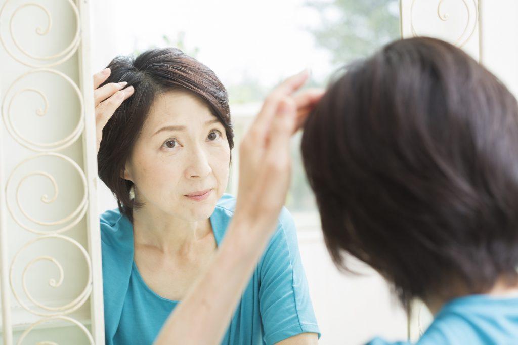 分け目の薄毛に悩む女性